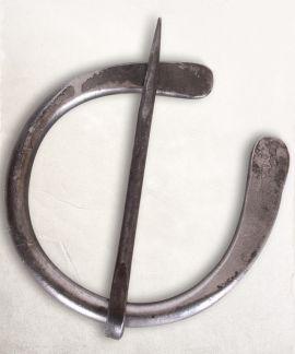 Fibule en fer forgé, extrémités plates