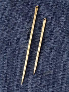 Aiguille à coudre médiévale en laiton petit modèle 5 cm