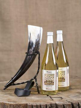 Coffret de deux bouteilles d'hydromel, une corne à boire, son support en métal et un porte corne en cuir