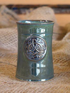 Mug en céramique avec Noeud celtique, en vert.