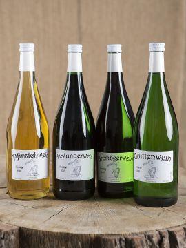 Lot composé de quatre bouteilles de vin de fruits (mûre, sureau, pêche, coing)