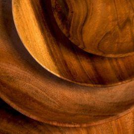 Lot de quatre assiettes plates en bois d'acacia