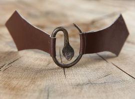 Boucle médiévale en métal à tête de serpent