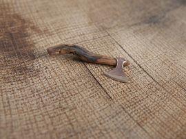 Hache en bronze et bois