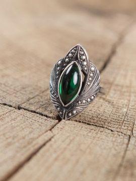 Bague ciselée à pierre verte