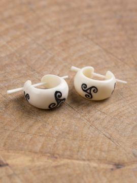 Boucles d'oreilles en os, Triskele