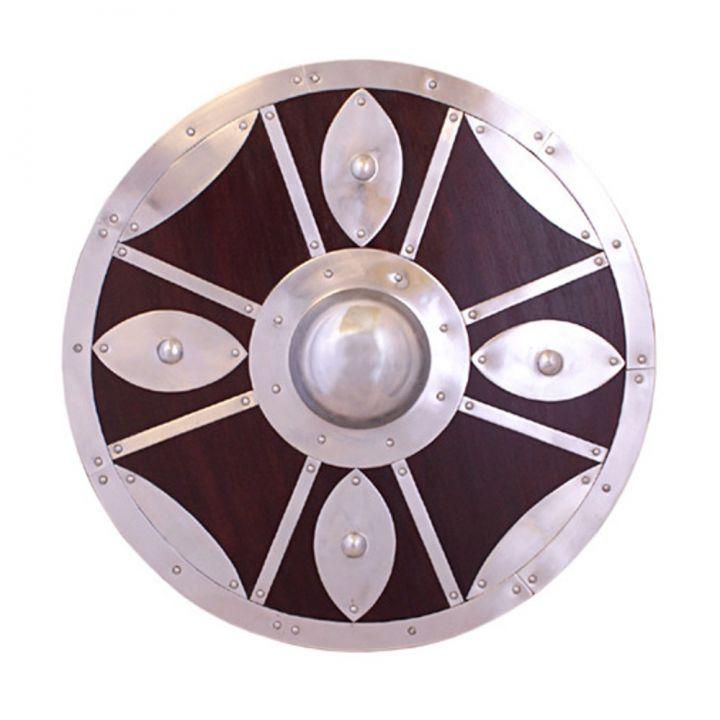 Bouclier rond en bois orné de motifs en acier