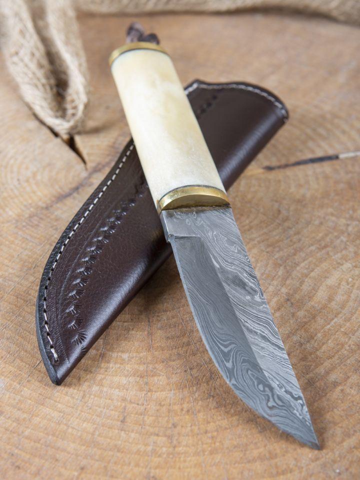 Couteau médiéval avec lame en acier damas et manche en os et laiton