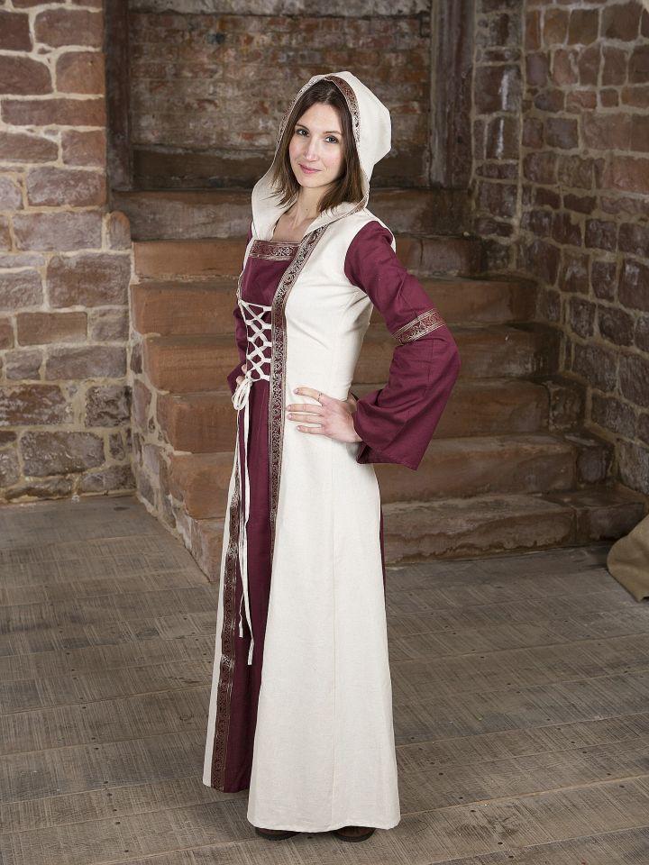 Robe  rouge et blanche, avec capuche et broderies