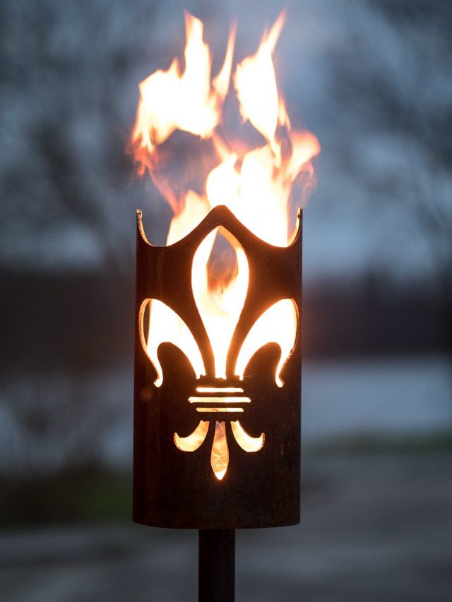 Flambeau en acier motif fleur de lys