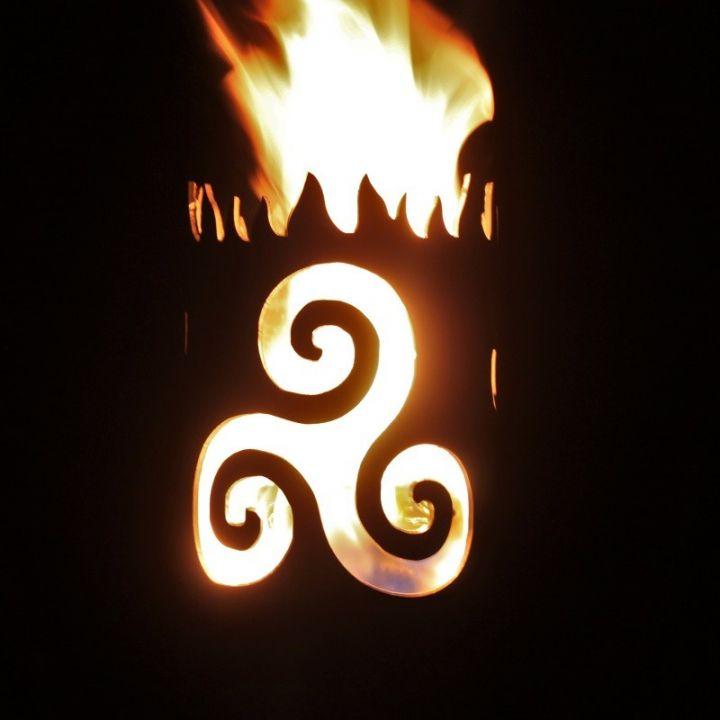 Flambeau fabriqué à la main en acier motif Triskele