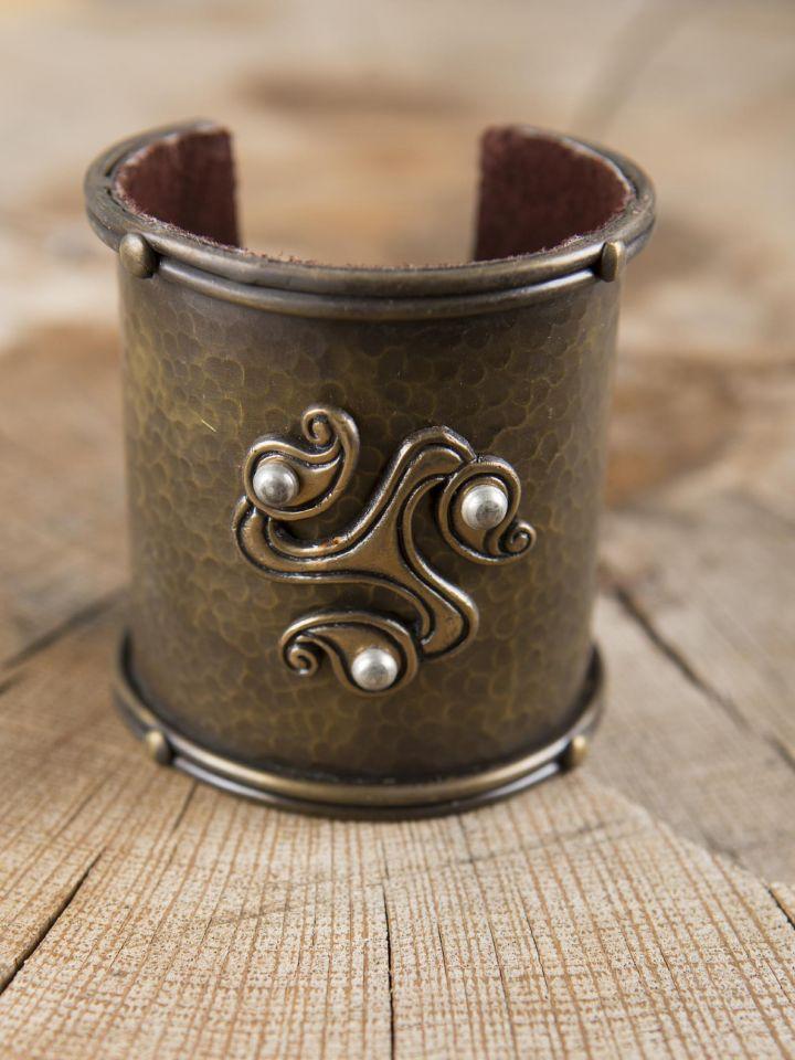 Bracelet manchette en laiton, motif Triskele