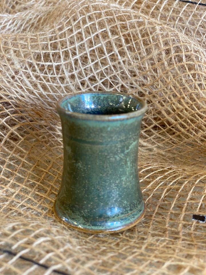 Petit gobelet en céramique émaillé vert gris