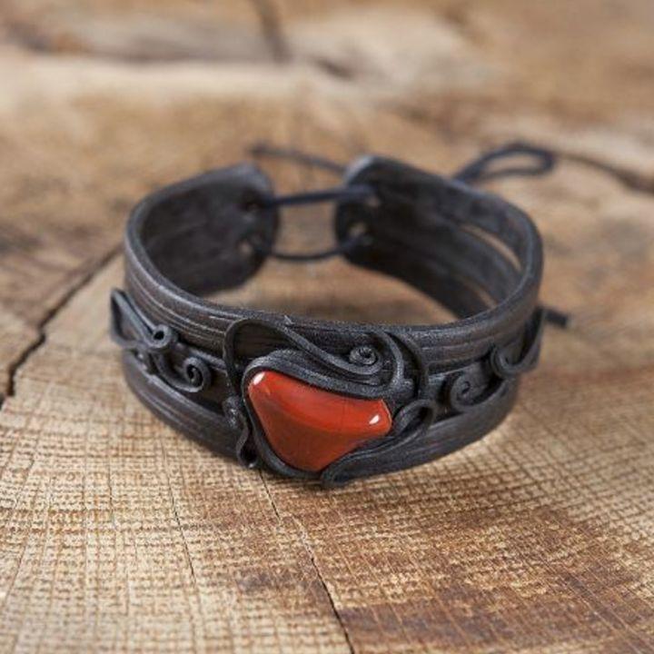 Bracelet en résine fait main orné d'un jaspe rouge