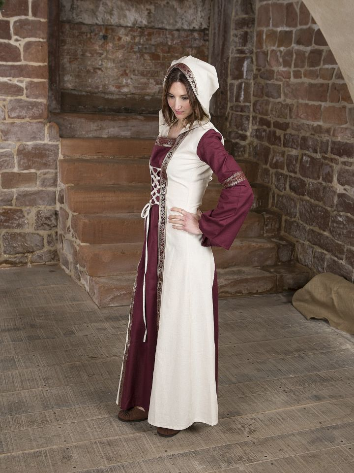 Robe  rouge et blanche, avec capuche et broderies 2