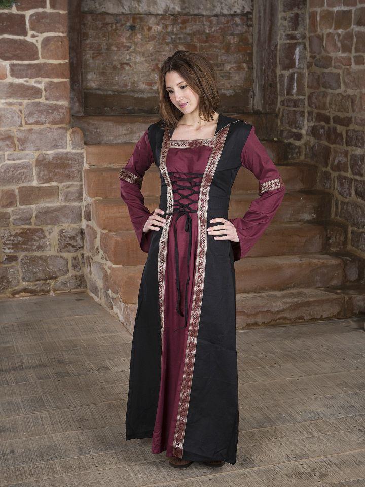 Robe bordeaux et noire, avec capuche et broderies 2