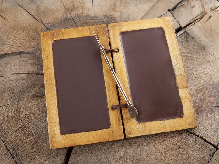 Diptyque composé de tablettes de cire et d'un stylet en bronze 2