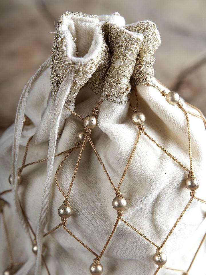Sac en velours orné de perles 2