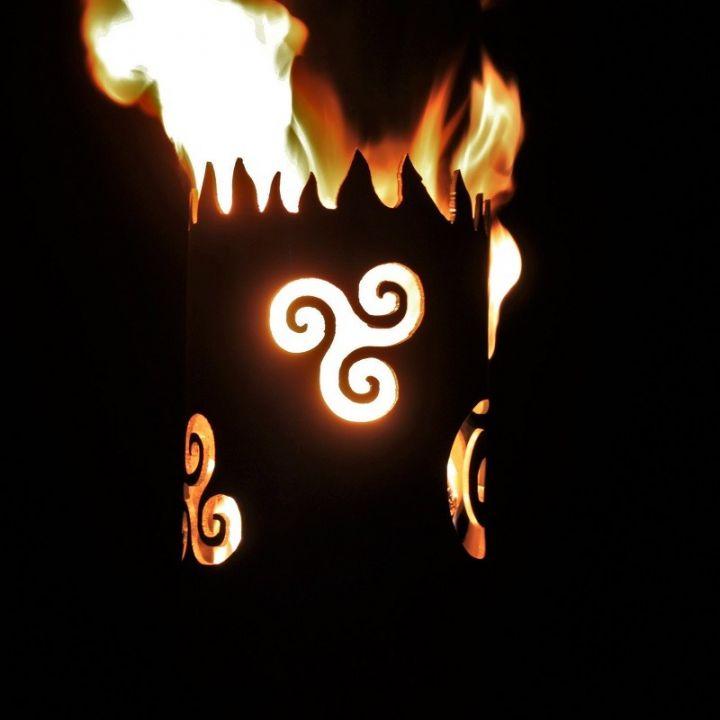 Flambeau fabriqué à la main en acier motif Triskele 2