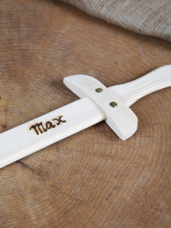 Petite épée en bois avec gravure personnalisable 2