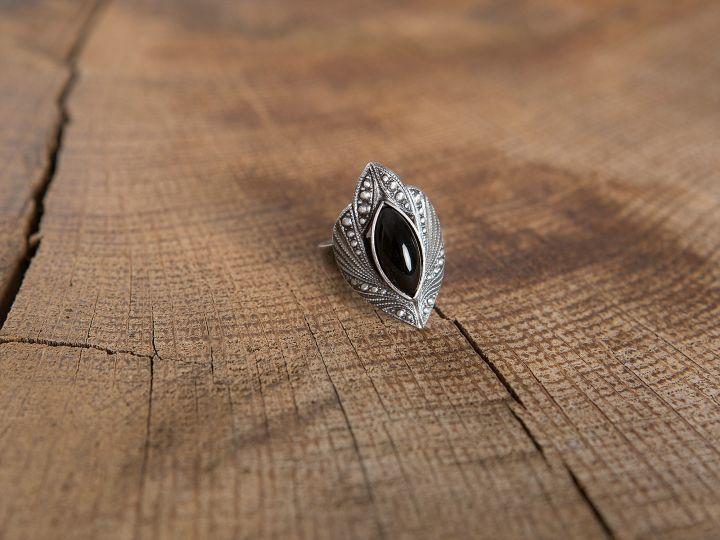 Bague ciselée à pierre noire 2