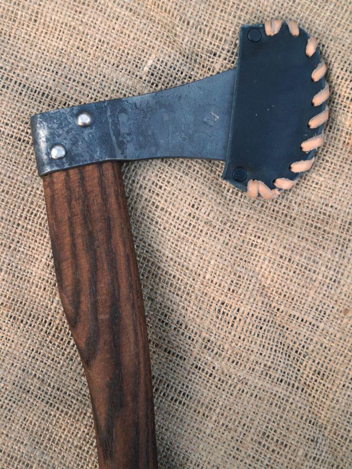 Petite hache avec étui en cuir noir 2