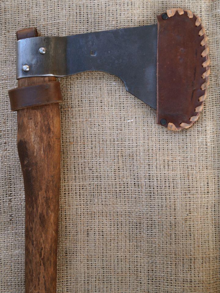 Grande hache avec étui en cuir marron 2