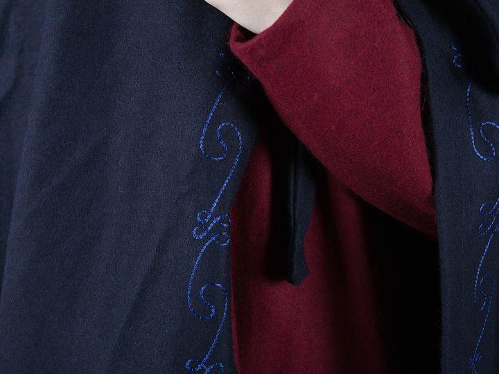 Cape en laine brodée en bleu 3
