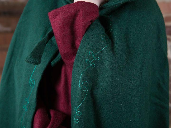 Cape en laine brodée en vert 3