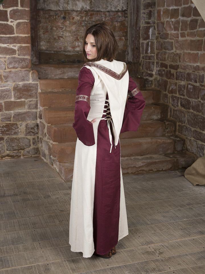 Robe  rouge et blanche, avec capuche et broderies 3