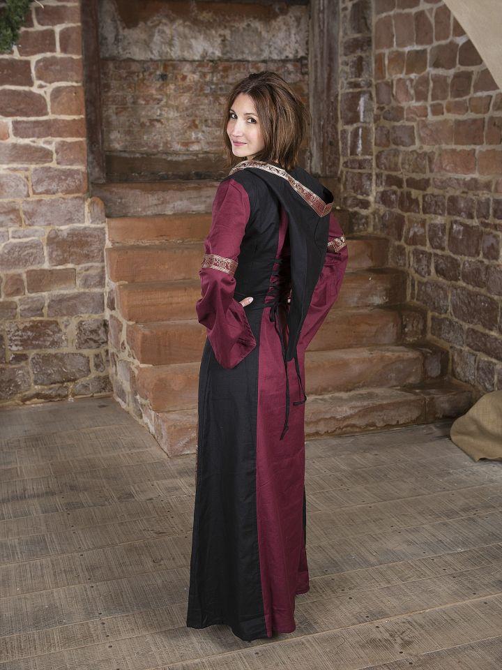 Robe bordeaux et noire, avec capuche et broderies 3