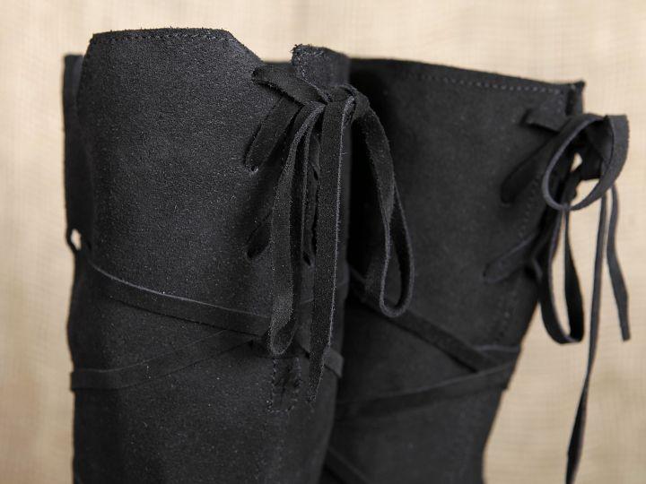 Bottes médiévales en cuir chamoisé à lacets, en noir 3