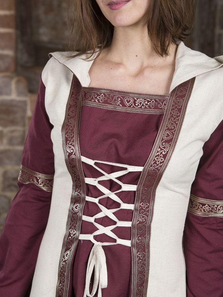 Robe  rouge et blanche, avec capuche et broderies 4