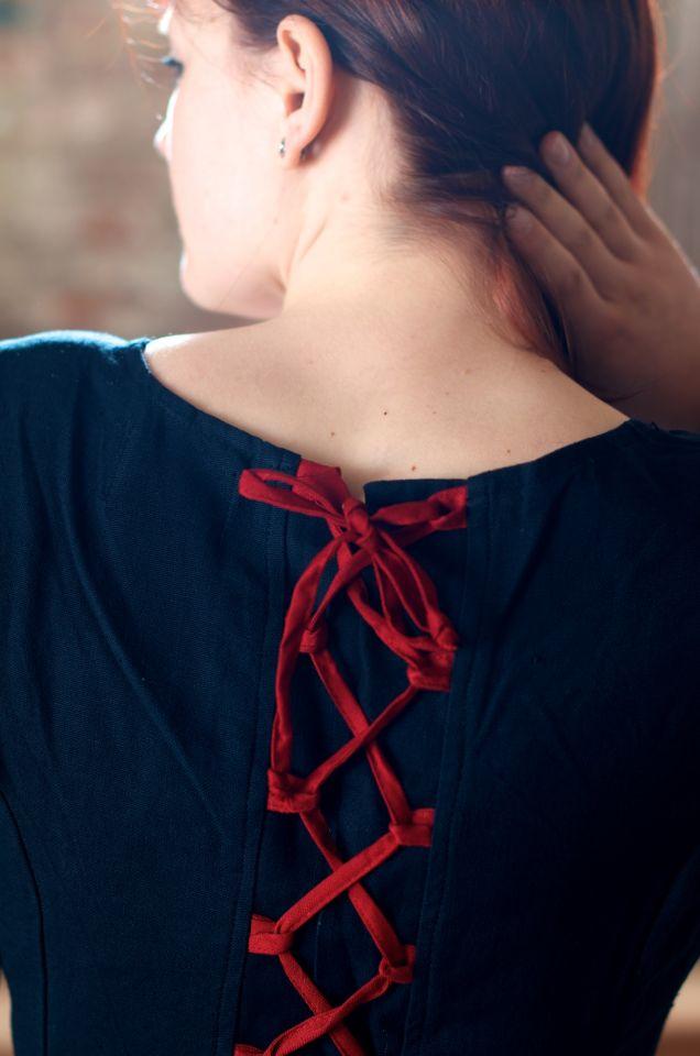 Robe médiévale en coton noire et rouge 6