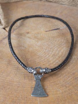 Collier en cuir marron avec amulette en forme de hache